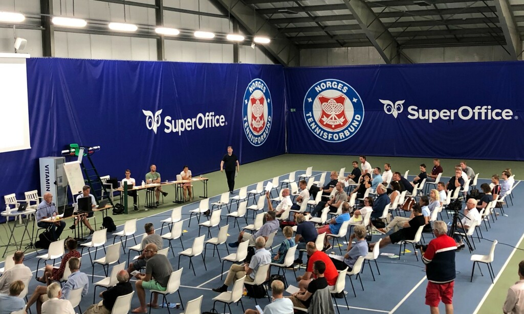 FLERTALL: Under lørdagens avstemning på det ekstraordinære tennistinget var det et overveldende flertall som var imot en ekstern granskning. Foto: Sindre Lie