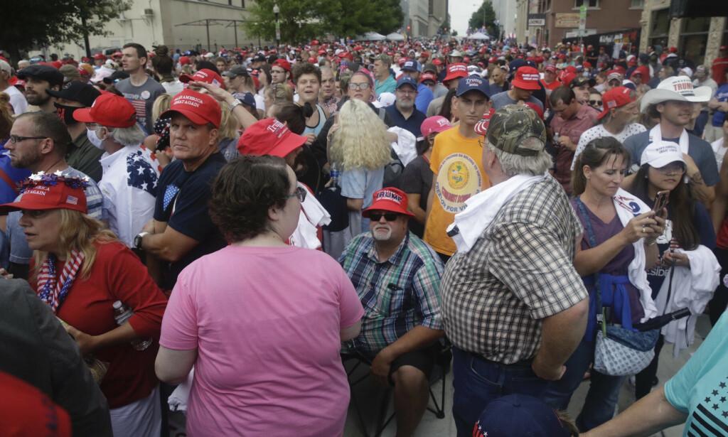 TULSA: Det er mange som venter på å få komme inn i arenaen hvor møtet skal holdes i kveld lokal tid. Foto: Mike Simons/Tulsa World/AP