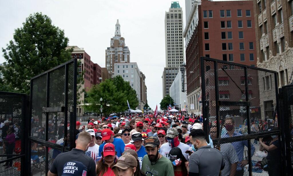 KØ: Trumps folkemøter trekker ofte titusenvis av folk, som vanligvis står timevis i kø, før de loses gjennom sikkerhetssjekk lignende de på flyplasser. Foto: Brendan Smialowski / AFP