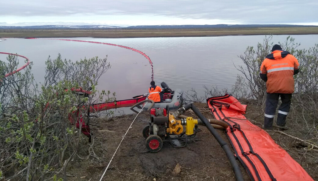 UTSLIPP: 200 000 tonn med diesel rant ut fra en oljetank i Sibir. Foto: Russian Marine Rescue Service via AP