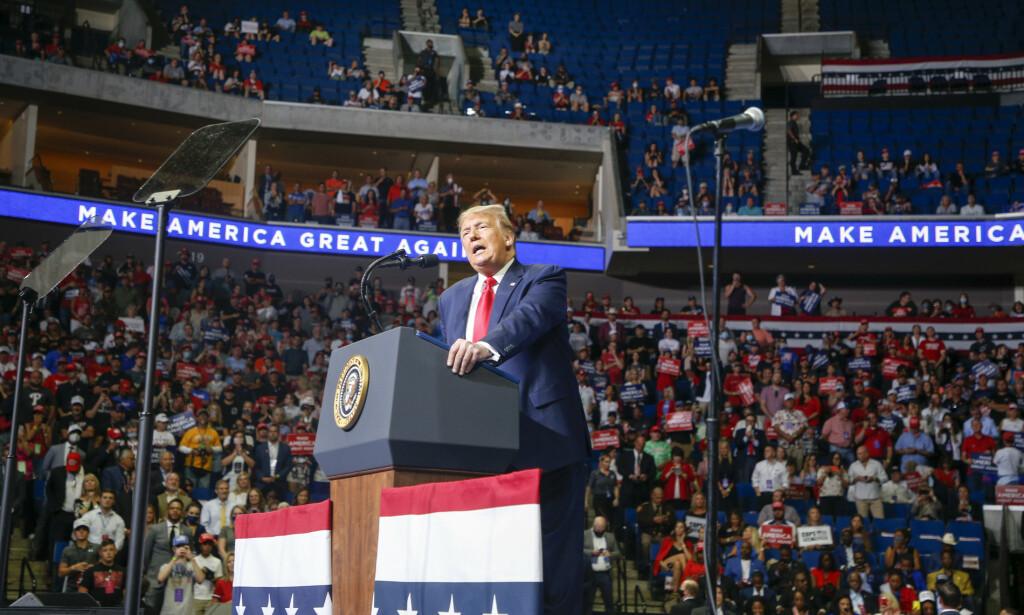 IKKE FULLT: USAs president, Donald Trump, snakket til en arena som var langt fra full i Tulsa. Foto: Ian Maule/Tulsa World/Tulsa World via AP