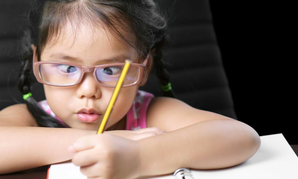 STRAMMET INN STØTTEN: Nye regler for brillestøtte for barn har vært gjeldende i tre måneder. Flere eksperter er bekymret for hvordan det slår ut. Illustrasjonsbilde: NTB scanpix