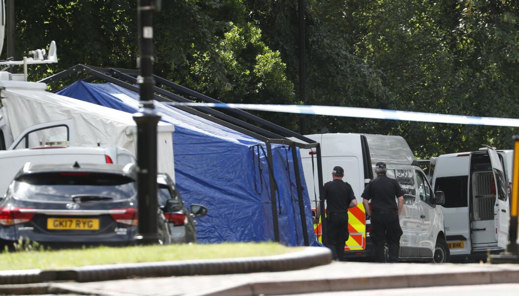 Politiet har sperret av et stort område rundt åstedet for knivangrepet i Reading vest for London. Foto: AP / NTB scanpix