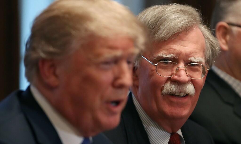 JOBBET SAMMEN: John Bolton (t.h.) var nasjonal sikkerhetsrådgiver for USAs president, Donald Trump. Foto: MARK WILSON / GETTY IMAGES NORTH AMERICA / AFP