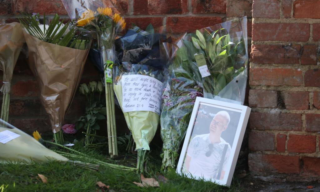 MINNES LÆREREN: Blomster er plassert ved inngangen til skolen Holt i Wokingham, der James Forlung (36) jobbet som lærer. Forlung var én av tre personer som mistet livet i knivangrepet lørdag kveld. Foto: Steve Parsons / Pa Photos / NTB scanpix