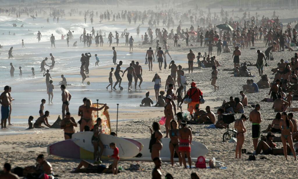 FLUST AV FOLK: Folk koste seg på Ipanema-stranden i Rio de Janeiro i Brasil søndag. Over en million mennesker er nå bekreftet smittet av coronaviruset, i det hardt rammede landet. Foto: Ricardo Moraes / REUTERS / NTB scanpix