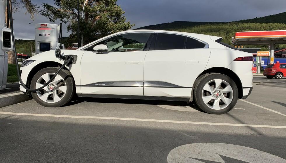 TRÅDLØST: Et antall Jaguar i-Pace skal klargjøres for trådløs hurtiglading, og slipper dermed ladekabelen, som her. Foto: Øystein Bergrud Fossum