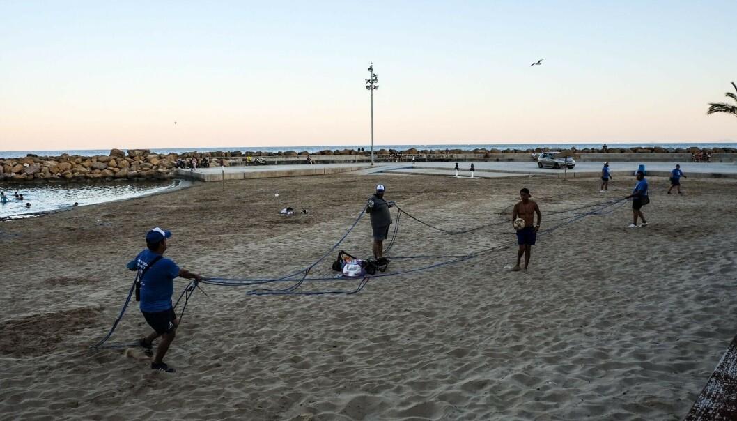 TAR FORHOLDREGLER: Selv om landet nå har åpnet opp igjen for turister, både fra andre europeiske land og innad i Spania, tas det klare forholdsregler for å unngå smitte. Her rydder vaktene stranda etter at den er stengt for dagen. Foto: Embla Hjort-Larsen/ Dagbladet