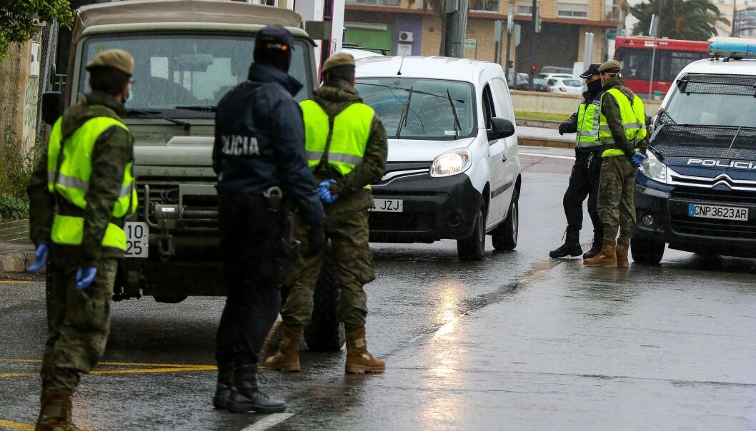 STENGT. Spania har vært flere uker i fullstendig lockdown som følge av coronautbruddet. Både politi og Guardia Civil har kontrollert gatene. Her fra Valencia 27. mars. Foto: NTB Scanpix