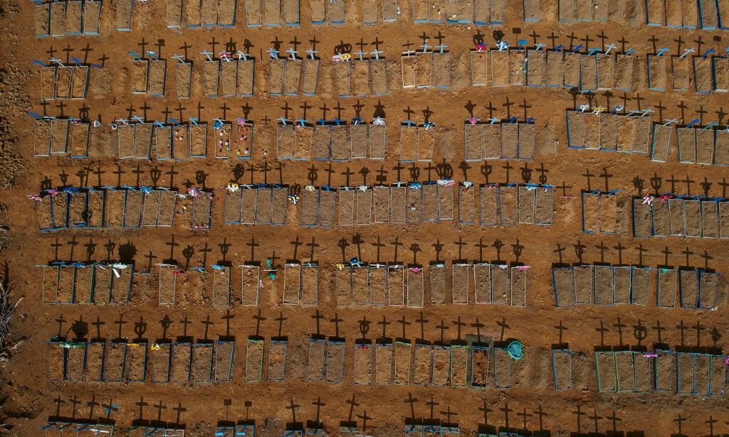 DYSTER REKORD: Brasil er nå det nest verst rammede landet i verden med over 50 000 coronadødsfall og over en million bekreftede smittetilfeller. Her fra en gravplass i byen Manaus. Foto: Bruno Kelly / REUTERS / NTB scanpix