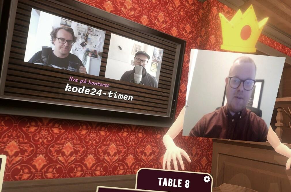Her henger kode24-redaksjonen på en virtuell PubMash-utgave av puben Jimmys i Porsgrunn, mens vi ser på Youtube-video av oss selv. Drømmekveld! Jørgen til høyre har tatt på seg en krone for anledningen, og under krona ser du altså video fra webkameraet hans. 📸: Ole Petter Baugerød Stokke