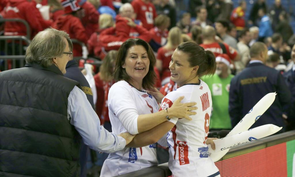 JUBLET SAMMEN: Mamma Tirill Mørk hilser på datter Nora Nørk etter kampen mot Danmark under EM i 2014 . Foto: Vidar Ruud / NTB Scanpix