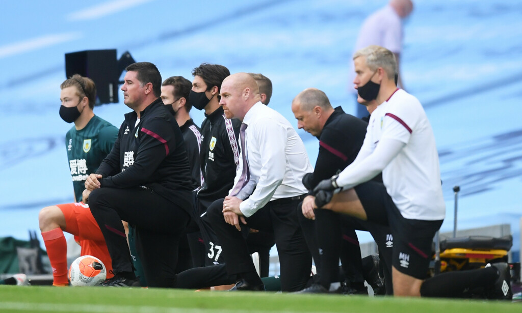 KNELER: Burnley-trener Sean Dyche og resten av Burnleys støtteapparat. Foto: NTB Scanpix