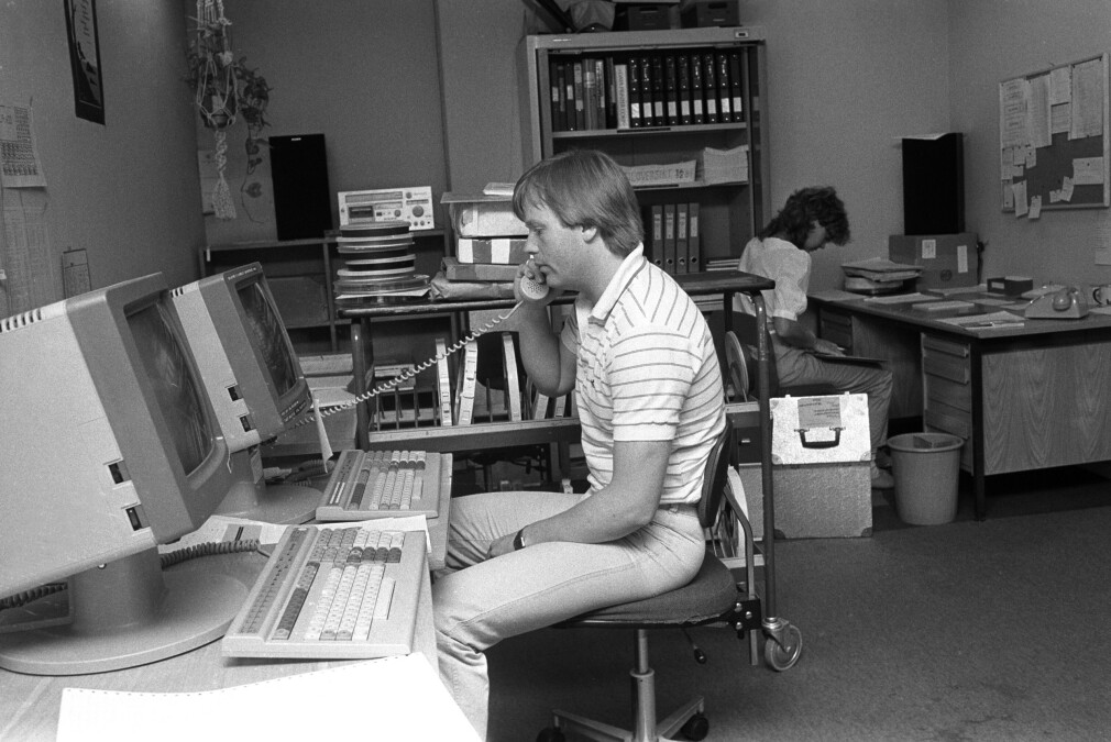 """""""Mann i arbeid ved datamaskiner/computere i Statistisk Sentralbyrå"""" forteller NTB Scanpix. Bildet er fra 1984; samme tid som Per-Arne Rindalsholt underviste COBOL-programmering på Datahøyskolen og NKI, som vi dessverre ikke finner noen bilder av . 📸: Bjørn Sigurdsøn / NTB Scanpix"""