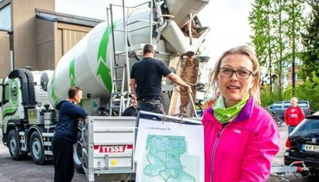 Aksjonsleder Kathrine Stustad ledet stordugnaden i 2015. Her står hun med rodekart for hele bydelen foran betongbilen som ble innleid for å blande ti tonn snegleåte. Foto: Bonsak Hammaraas/Konnerud Strømsgodset hagelag
