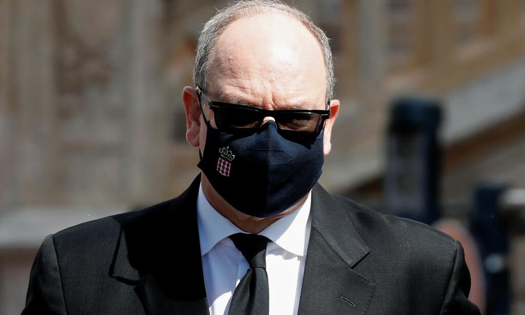 SPESIELT MUNNBIND: Fyrst Albert bar Monacos riksvåpen på siden av munnbindet sitt. Foto: NTB Scanpix