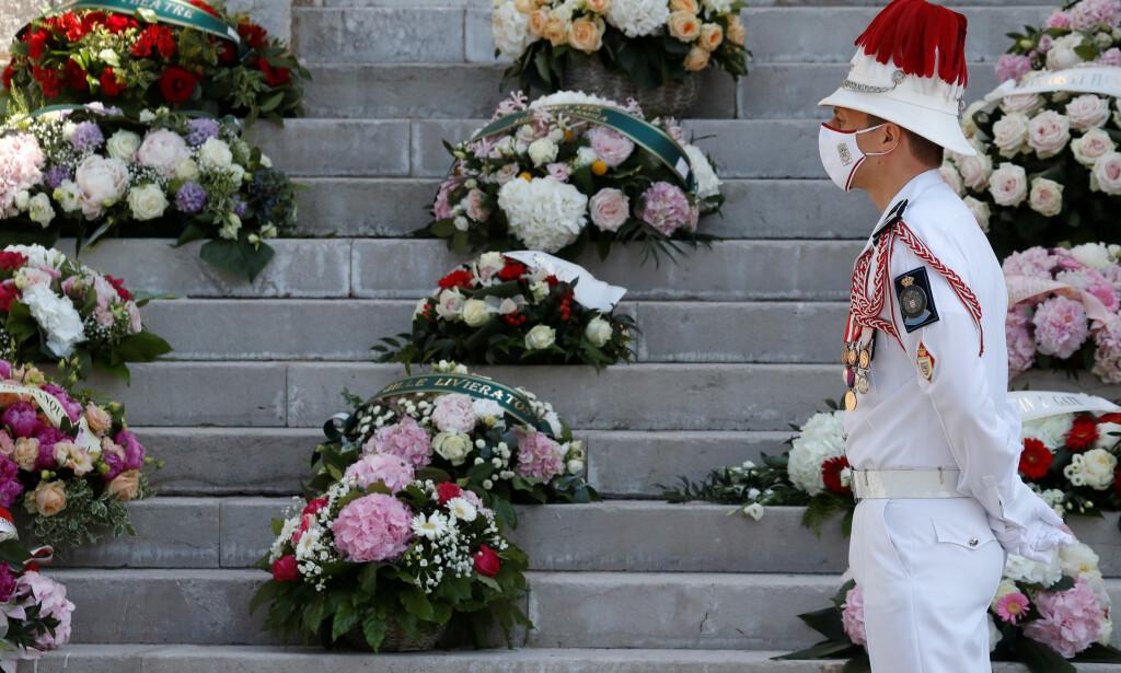 MATCHET: En soldat avbildet under begravelsen, iført et munnbind som matchet uniformen hans. Foto: NTB Scanpix
