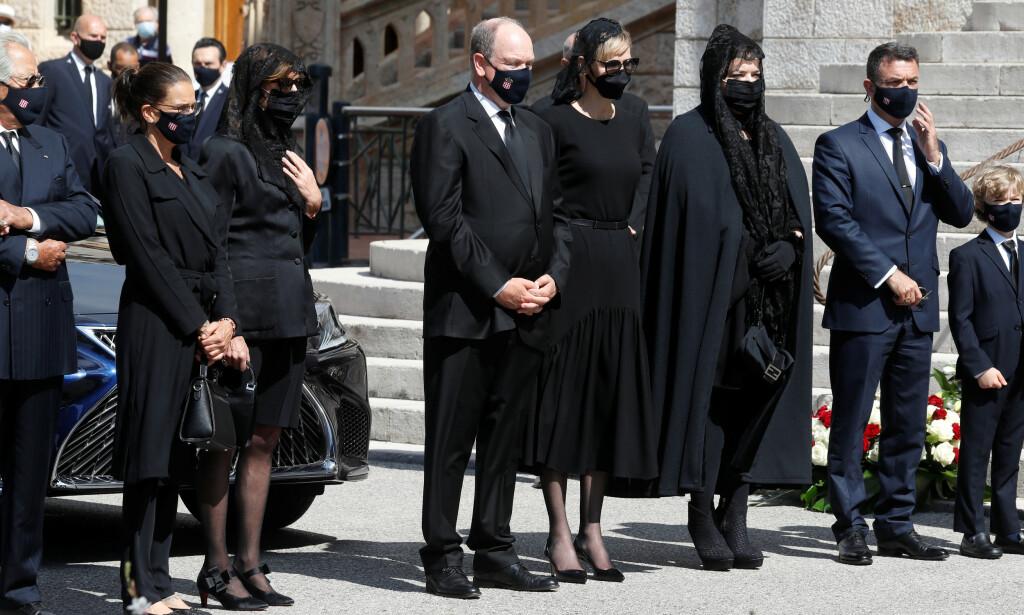 SMITTEVERN: Alle gjestene hadde på seg munnbind da baronesse Elisabeth-Anne de Massy ble gravlagt forrige uke. Foto: NTB Scanpix