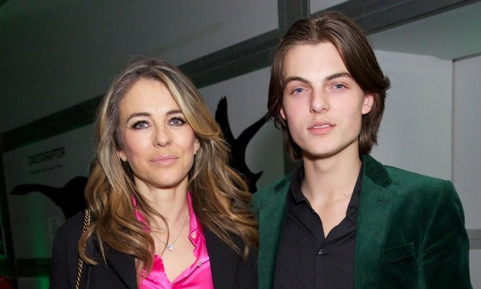 TETT FORHOLD: Elizabeth Hurley og sønnen Damian har et nært forhold. Nå har 18-åringen mistet faren sin, filmprodusent og filantrop Steve Bing. Foto: NTB scanpix