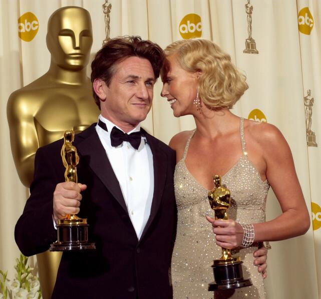 STJERNEDUO: Sean Penn og Charlize Theron avbildet sammen på Oscar-utdelingen i 2004, da de vant priser for sine prestasjoner i henholdvis «Mystic River» og «Monster». Foto: AP/ NTB scanpix