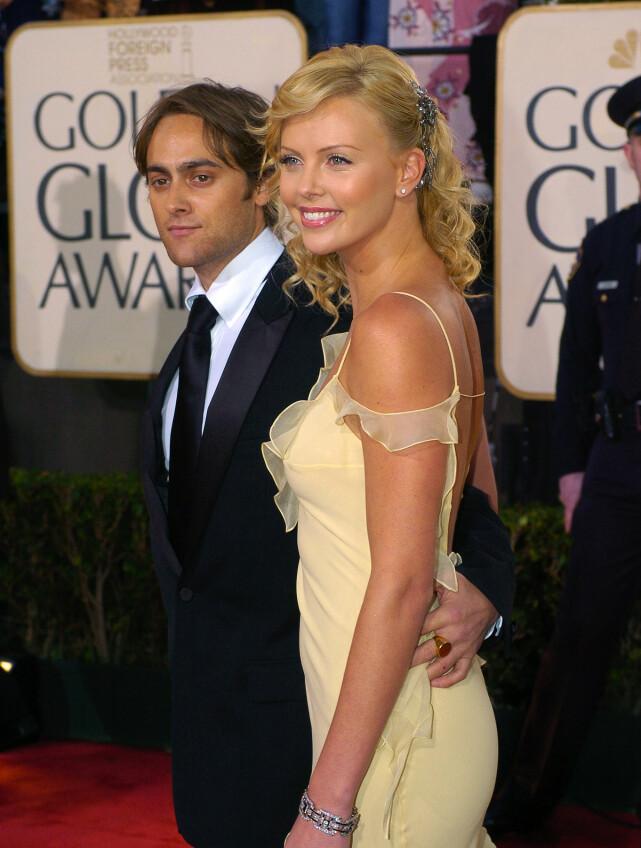EKSPAR: Charlize Theron på Golden Globe-utdelingen sammen med sin daværende kjæreste Stuart Townsend i 2004. Foto: AP/ NTB scanpix