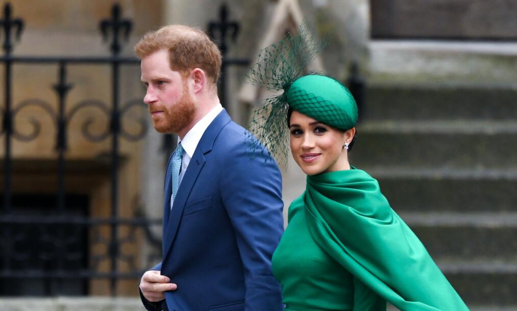 <strong>FÅR KRITIKK:</strong> Hertuginne Meghan og prins Harry trakk seg ut av den britiske kongefamilien i mars. Derfor reagerer mange på at de nå benytter et monogram med en krone i et takkebrev sendt til en veldedig organisasjon nylig. Foto: NTB Scanpix
