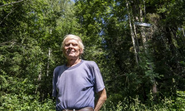 FINE TUROMRÅDET: Dagbladet møter lokale John Fulland foran skiltet en varm sommerdag i juni. Han syntes det hele bare er morsomt. Foto: Lars Eivind Bones / Dagbladet