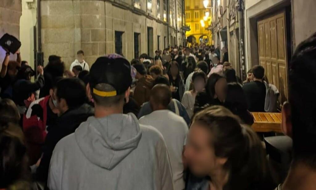 STERKE REAKSJONER: Dette bildet fra byen Lugo i helga, ble først delt på en lokal Facebook-side. Siden er det blitt delt i hele Spania. Bildet vekker sterke reaksjoner, og kan føre til strengere corona-regler.