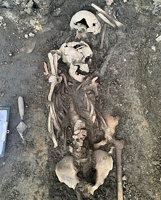 KRIGSSKADER: Arkeologene har funnet krigsskader på de tre skjelettene. Foto: Sara Berge Langvik ved NIKU