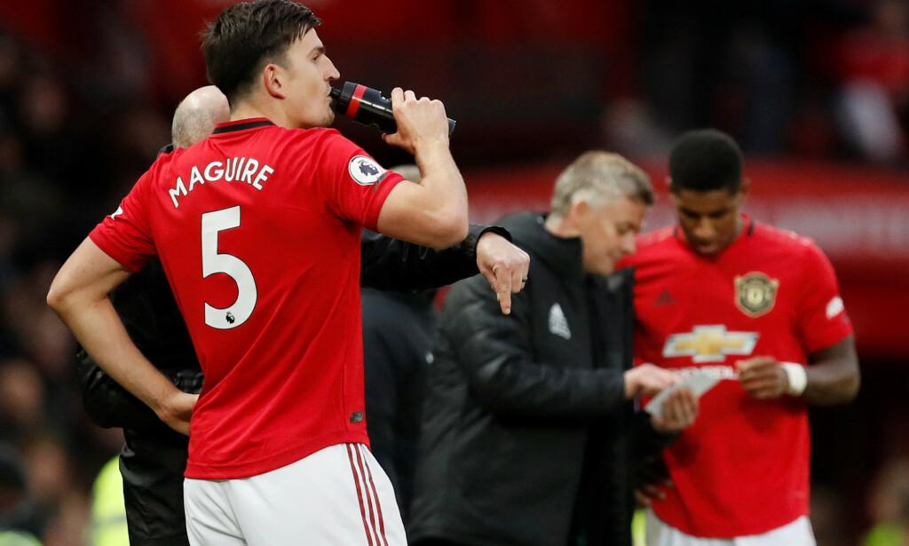 DRIKKEPAUSE: Det er innført drikkepauser i Premier League. Dette er fra oktober da Manchester United møtte Liverpool. Foto:      REUTERS/Russell Cheyne/NTB Scanpix