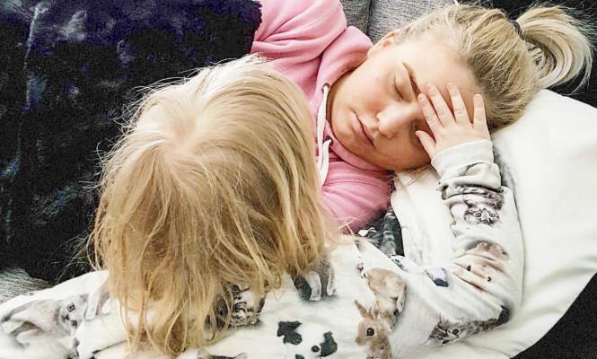 FORTVILET MAMMA: Seks år gamle Eline vet hva hun må gjøre hvis mamma Sarah Elise Kolpus blir syk og bevisstløs. De har øvd mye på krisesituasjoner og at hun skal ringe nødnummeret 113.