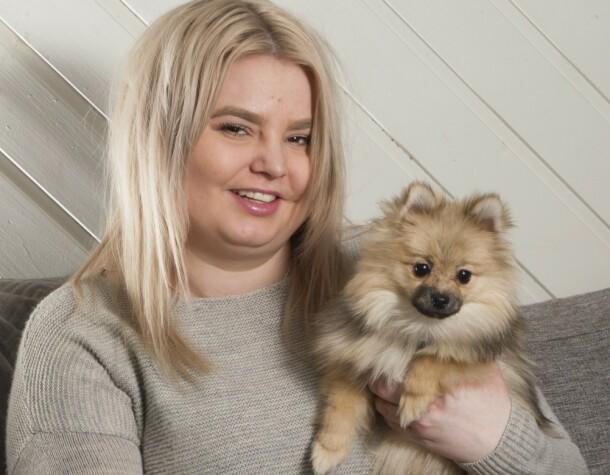 FIRBEINT SJARMØR: Sarah og familien finner glede i selskapet til lille Balder.