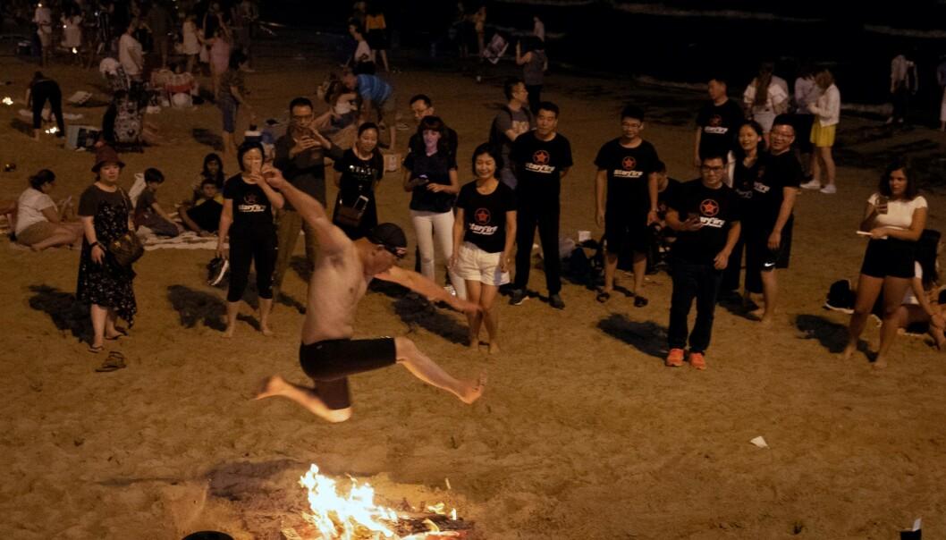 FEIRER: Normalt sett feires San Juan med bål og en stor folkefest på standa i Alicante den 24. juni. I år blir feiringen veldig annerledes. Her fra fjorårets feiring. Foto: AFP/ NTB Scanpix