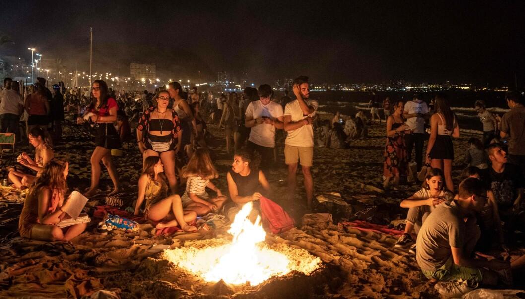 SAMLES: Det er vanligvis tusenvis av folk som samles på strendene. I år vil alle være nødt til å holde avstand på Alicantes strender og det vil i tillegg bli forbudt med alkohol. Foto: AFP/ NTB Scanpix