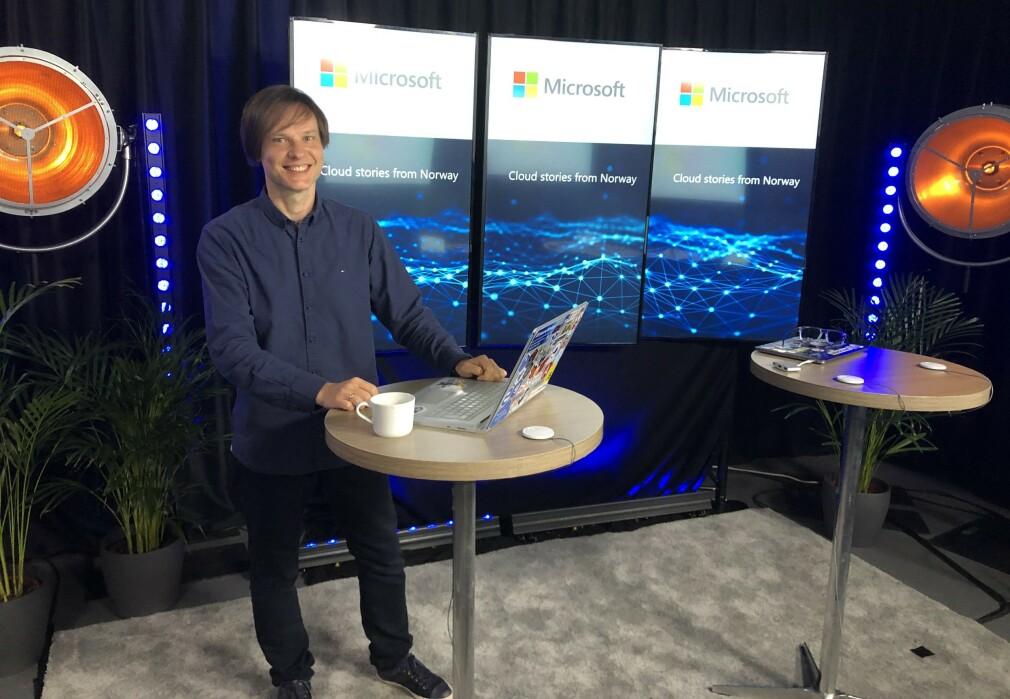 Maxim Salnikov jobber med å få norske utviklere til å bruke løsninger fra Microsoft. Her er han i studio og tar opp en video hos Microsoft Norge. 📸: Privat