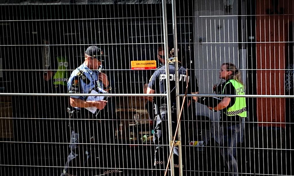 ÅSTED: Politiet utenfor rett Inn Bar. Foto: Audun Hageskal / Dagbladet