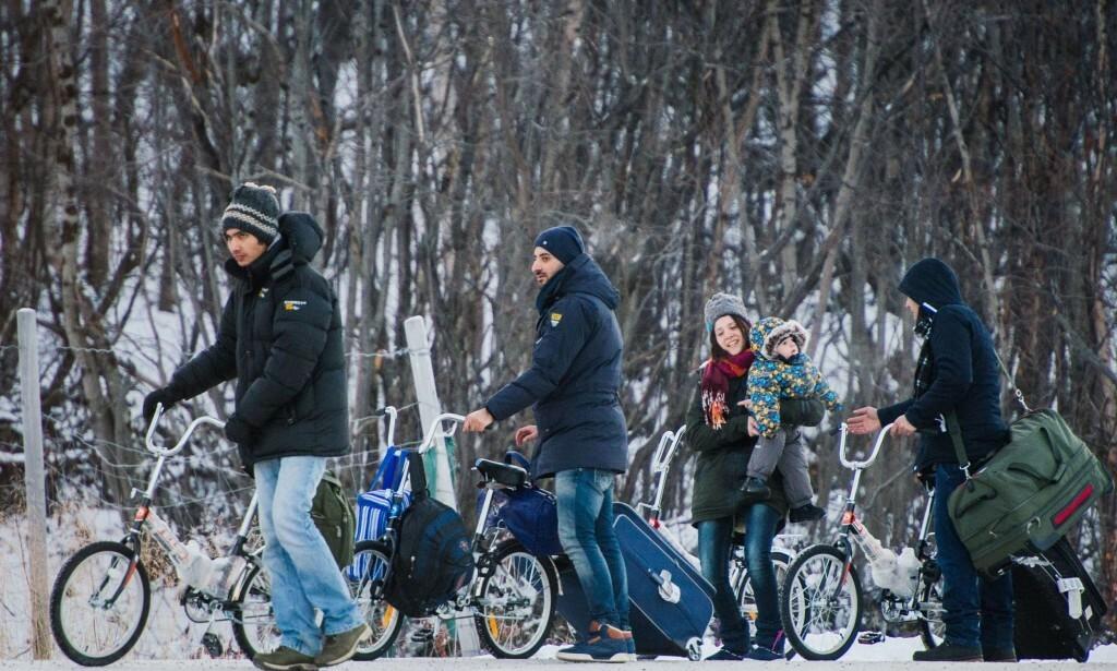 PÅ SYKKEL RUSSLAND - NORGE: I 2015 kom det over 5500 personer over den norsk-russiske grensa. Foto: JONATHAN NACKSTRAND/ AFP /NTB Scanpix