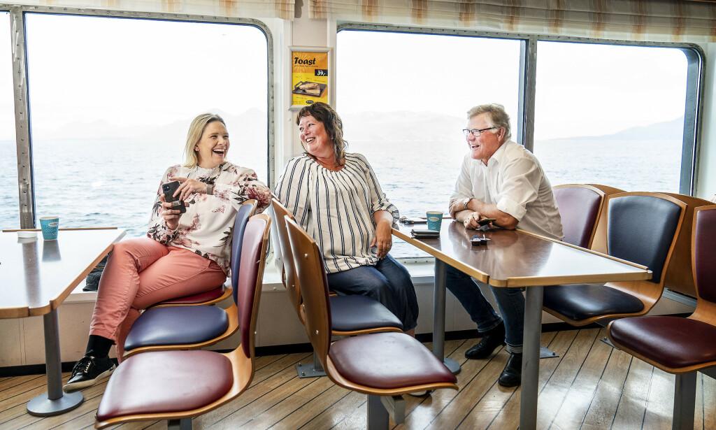 KJENTFOLK: Sylvi Listhaug treffer tidligere varaordfører Geir A. Stenseth i Ålesund og partikollega Anne Marie Fiksdal på fergen over til Molde. Foto: Hans Arne Vedlog / Dagbladet