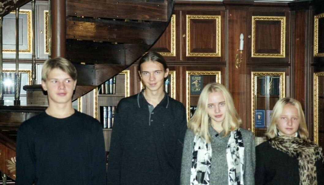 NYE BILDER: Den russiske oligarken Sergej Pugatsjov har delt nye bilder av Putins døtre. Her er de fotografert med Pugatsjovs sønner. Foto: Sergej Pugatsjov