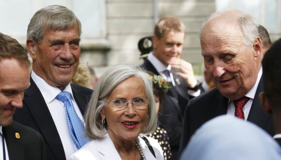 MED KONGEFAMILIEN: Magnar Alfred Fjledvær og Marit Tjessem sammen med kong Harald under kongeparets 25 årsjubileum som kongepar. Foto: NTB scanpix
