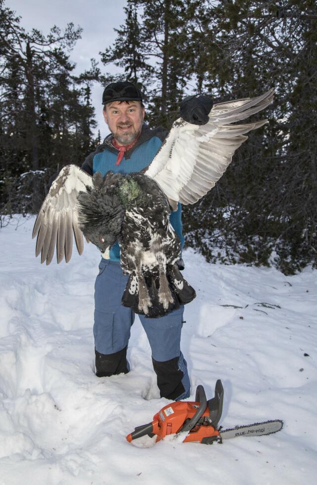 GLAD I JAKT: Halvor Sveen har aldri lagt skjul på at han er glad i jakt, og er for felling av ulv. Her poserer han med en selvskutt fugl. Foto: Morten Eik