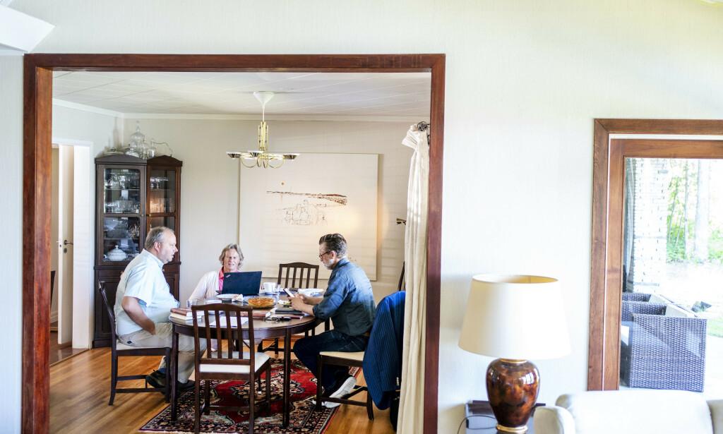 DET FØRSTE MØTET: Odd Petter Magnussen (innerst) har møtt både danske Lars Boje Madsen (til høyre) og Stig Jarle Hansen før, men det er første gangen tre møtes for å diskutere fremdrift i datterens uløste drapssak .    Foto: Hans Arne Vedlog / Dagbladet
