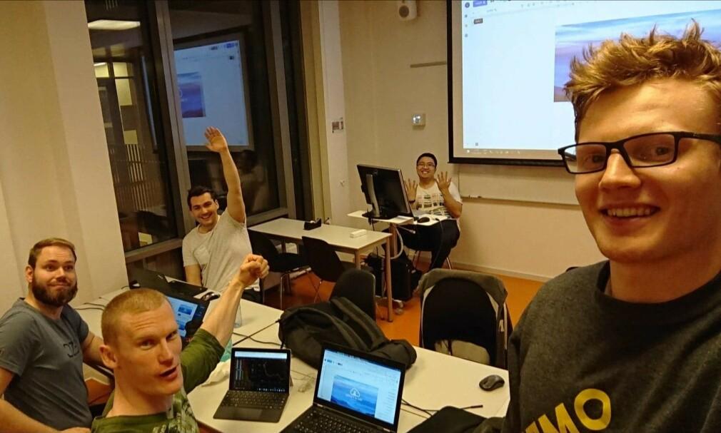 Denne studentgjengen stakk av med Datatilsynets årlige personvern-pris for studenter. Fra venstre: Andre Groseth, Julian Sagen, Jeremiah Augie Uy, Sondre Halvorsen og Viktor Vartdal Johansen. 📸: Privat