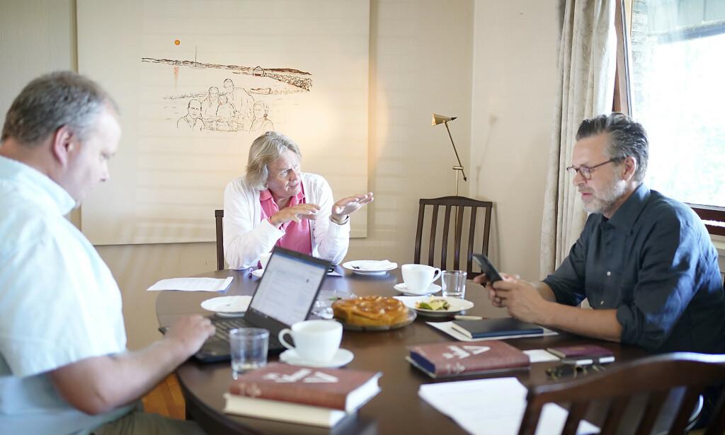 MØTE: Odd Petter Magnussen, Stig Jarle Hansen og Lars Boje Madsen er samlet til møte hjemme hos Magnussen for å diskutere fremdrift i saken der Martine Vik Magnussen ble drept i London .    Foto: Hans Arne Vedlog / Dagbladet