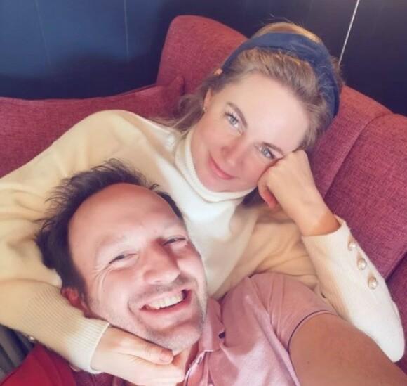 FORELSKET: Else Strøm Larsen og Peter Theolin fant kjærligheten i «Kjærlighet til alle». Foto: Privat