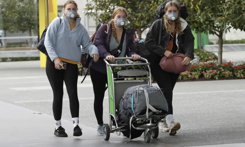 FRYKTER NYTT UTBRUDD: New Zealand har gjeninnført en rekke strenge restriksjoner etter at landet har registrert nye smittetilfeller. Her reisende på Christchurch internasjonale lufthavn i byen Harewood. Foto: Mark Baker / AP / NTB scanpix