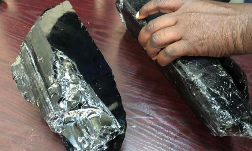 GIGANTISKE: De to tanzanitt-edelstenene er de største som noen gang er funnet, ifølge minedepartementet. Foto: Tanzania Minerals Ministry / Reuters