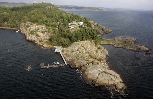 RETT VED SJØEN: Kongeparets hytte på Mågerø befinner seg på en odde utenfor Tjøme. Foto: NTB Scanpix