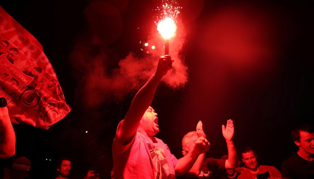 FEIRER: Liverpool- supportere feirer etter gullet var sikret. Foto: NTB Scanpix