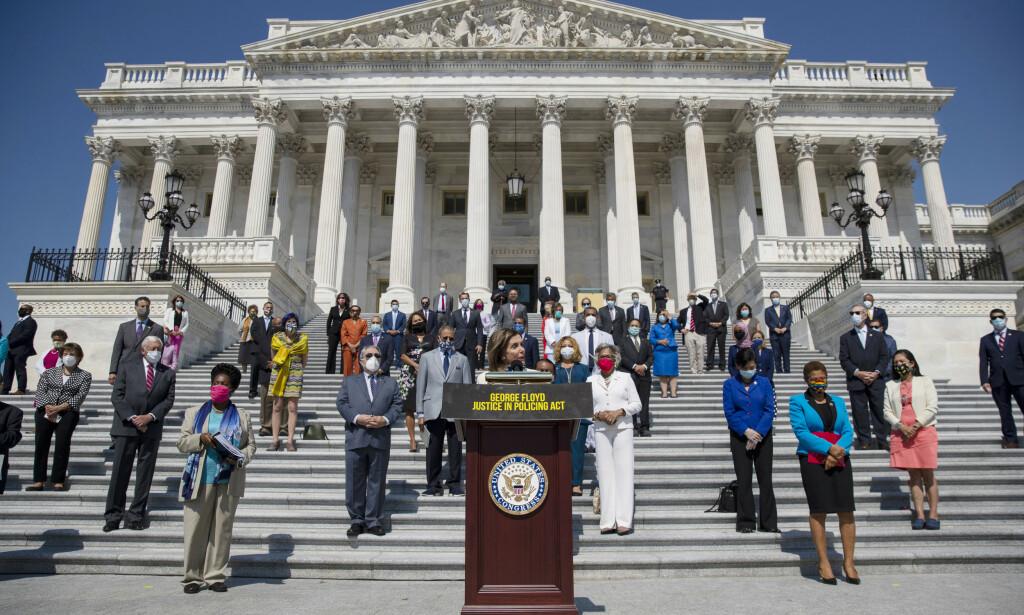 DEMOKRATENE: Speaker Nancy Pelosi avbildet sammen med demokrater i Huset. Alle holder god avstand på grunn av coronaviruset. Foto: AP